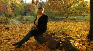 Debrecenről angolul egy lengyel lány, aki a képen a Nagyerdőben ül cikket írt. https://debrecenbar.com/2012/05/22/erasmus-in-debrecen/